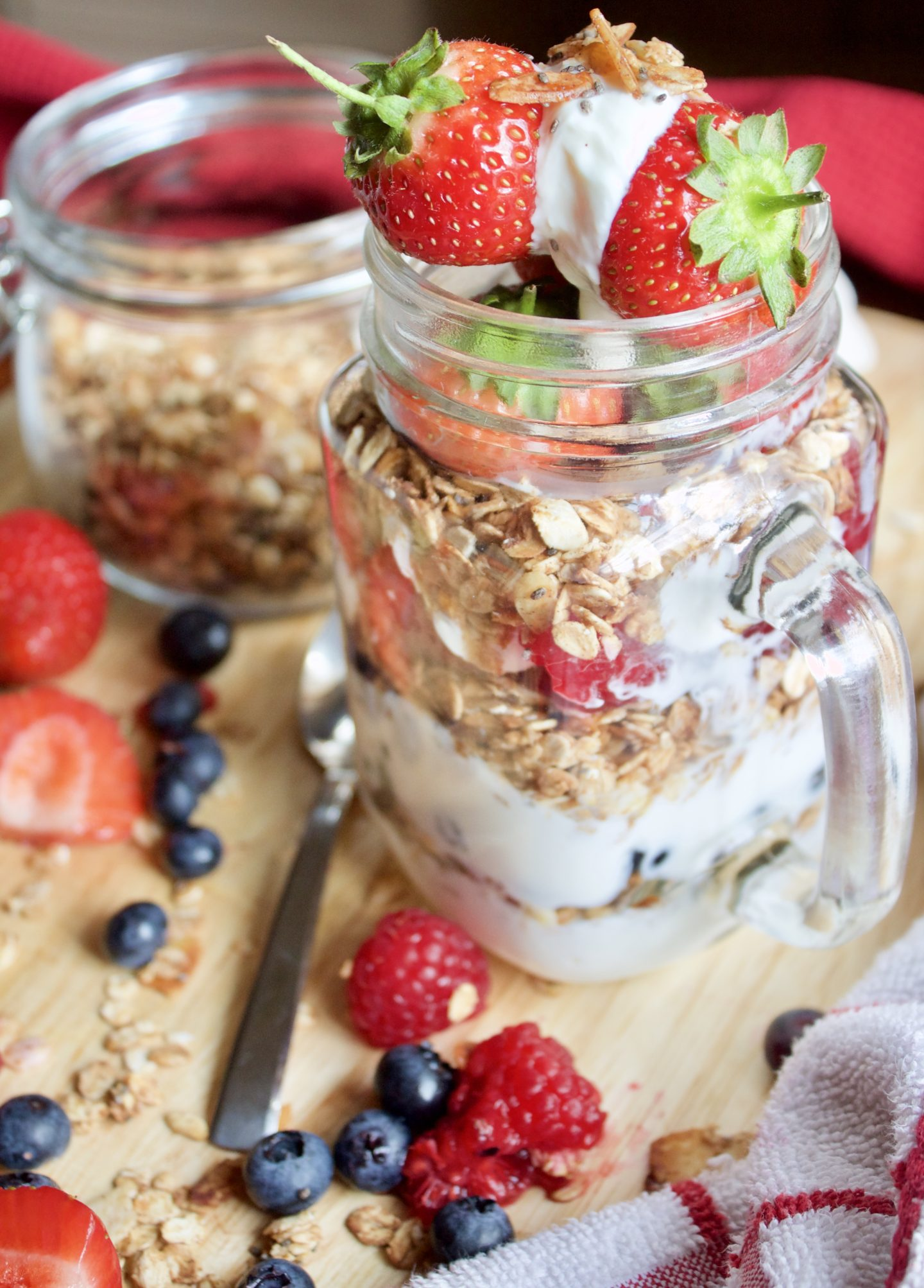 MAKE-AHEAD GRANOLA, BERRY, YOGURT PARFAIT | MEAL PREP
